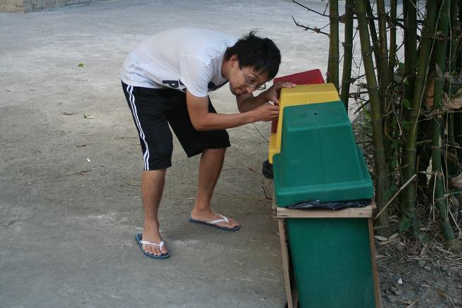 ゴミ箱を漁る和田上